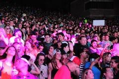 Partying sob luzes de néon cor-de-rosa no festival global 2016 da dança imagem de stock