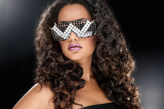 Partyjna dziewczyna w świetlicowych szkłach Fotografia Royalty Free