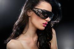 Partyjna dziewczyna w świetlicowych szkłach Zdjęcia Royalty Free