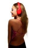 Partyjna kobieta słucha muzyka z hełmofonami Zdjęcia Royalty Free