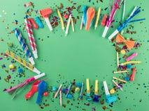 Partyjna rama z partyjnymi confetti, balony, streamers, noisemaker Zdjęcie Royalty Free