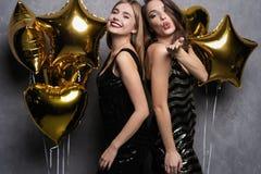 Partyjna zabawa odświętność piękne dziewczyny odizolowywali nowego nad biały rok Portret Wspaniałe Uśmiechnięte młode kobiety Cie fotografia stock