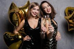 Partyjna zabawa odświętność piękne dziewczyny odizolowywali nowego nad biały rok Portret Wspaniałe Uśmiechnięte młode kobiety Cie obrazy royalty free