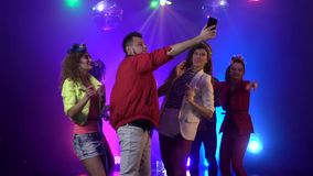 Partyjni ludzie bierze online lać się przy klubem nocnym z muzyką w dymnym tle swobodny ruch zbiory