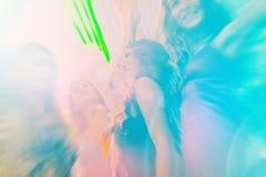 Partyjni ludzie tanczy w dyskotece lub klubie Fotografia Royalty Free