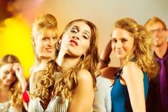 Partyjni ludzie tanczy w dyskoteka klubie Zdjęcia Royalty Free
