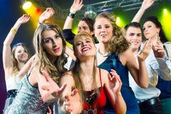 Partyjni ludzie target167_1_ w dyskoteki klubie Zdjęcie Royalty Free