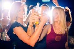 Partyjni ludzie wznosić toast Zdjęcia Stock