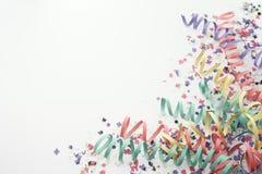 Partyjny confetti streamer na bielu Fotografia Stock
