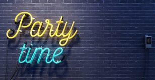 Partyjny czasu znak na czarnym ściana z cegieł tle