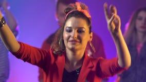 Partyjny flythrough strzelał grupa ludzi i przyjaciele tanczy chłodno muzyka z dyskoteką sprawdzenie pochodzenia wielu moich wiel zbiory