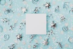 Partyjny karnawałowy mockup dekorujący bożego narodzenia srebro i confett gramy główna rolę na turkusowego tła odgórnym widoku Mi Obraz Royalty Free