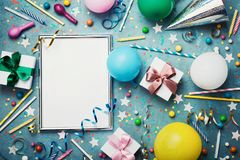 Partyjny lub urodzinowy tło Srebna rama z kolorowym balonem, prezenta pudełkiem, karnawałową nakrętką, confetti, cukierkiem i str Obrazy Stock