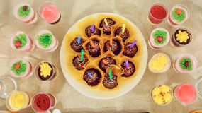 Partyjny przyjęcie, dekorować pustynia stołu menchie barwi fotografia royalty free