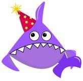 Partyjny rekin kreskówki dennego zwierzęcia purpurowy rekin na białym tle w czerwonej nakrętce z żółtymi gwiazdami Postać z kresk ilustracja wektor