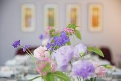 Partyjny stół dekorujący z pięknymi kwiatami zdjęcie stock