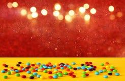 Partyjny stół z cukierkami przed błyskotliwości tłem obraz royalty free