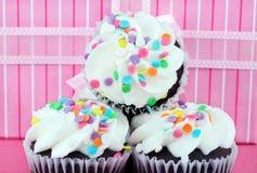 Partykleine kuchen vor Geschenk Lizenzfreie Stockfotografie