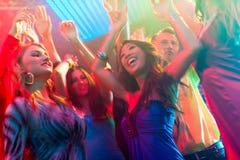 Partyleutetanzen in der Disco oder im Klumpen Lizenzfreies Stockbild