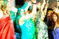 Partyleutetanzen in der Disco oder im Klumpen Stockfotos