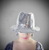 Partymädchenportrait mit silbernem Hut Stockfotografie