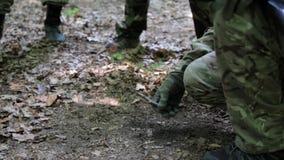 Partyzantka wojowników oddziału formacja niesie ich pistoletu planu ataka zbiory wideo