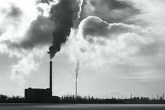 Parująca przemysłowa drymba na tle kryzysu ekologiczny środowiskowy fotografii zanieczyszczenie Ekologia problemy Problemy związa zdjęcia stock