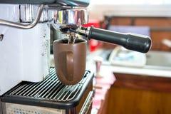 Parująca woda dla gorącego cappuccino Zdjęcia Royalty Free