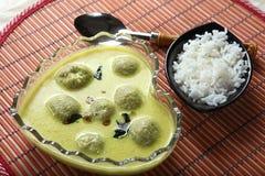 Paruppu-urundai MOR-kuzhambu, Linsenbälle mit Jogurtsoße stockfoto