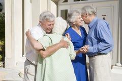 parvänner som möter pensionären Royaltyfri Foto