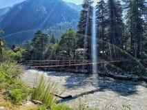 Parvati-Flussüberquerung nahe Kasol Stockfoto