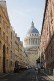 Paryż Francja, Sierpień, - 28, 2017: Mały drogi prowadzenie ładna katedra z budynkami na obich stronach obrazy stock