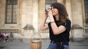 PARYŻ, Ładna kobieta robi fotografii z ekranową kamerą na tle Starzy budynki w Paryż na tle zbiory wideo