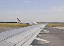 Paryż, august 21-Close up skrzydło samolot na Charles De Gaule Lotnisko w Paryż Obrazy Royalty Free