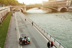 Paryż, Francja 01 A Czerwiec 2018 kamrat młodzi ludzie pije i je na bankach Rzeczny wonton w centrum Paryż przeciw Obraz Stock