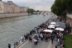 Paryż, Francja 01 A Czerwiec 2018 kamrat młodzi ludzie pije i je na bankach Rzeczny wonton w centrum Paryż przeciw Obraz Royalty Free