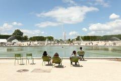 PARYŻ, FRANCJA - 02 2018 Czerwiec: Niewiele ludzi wśród innych paryżanów i turystów odpoczywają w Tuileries louvre ogrodowym pobl Fotografia Stock