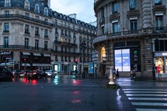 Paryż Francja, Czerwiec, - 01, 2018 Paryski uliczny widok z tradycyjnymi francuskimi budynek fasadami pod lato wieczór słońca pro Fotografia Royalty Free