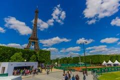Paryż, Francja Czerwiec 1, 2015: Piękna i świat sławna wieża eifla wzrasta up od miasta na chwalebnie słonecznym dniu Obraz Royalty Free