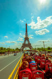 Paryż, Francja Czerwiec 1, 2015: Piękna i świat sławna wieża eifla wzrasta up od miasta na chwalebnie słonecznym dniu Zdjęcie Stock