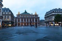 Paryż, Francja 01 Czerwiec 2018 ruchów drogowych samochody przed operą, Paryż Palais Garnier jest 1.979 siedzeń operą który budow Fotografia Stock