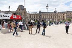 PARYŻ FRANCJA, Czerwiec, - 01, 2018: turyści bierze selfie fotografie przed louvre ostrosłupem Louvre ostrosłup Pyramide Du Louvr Obrazy Royalty Free