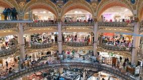 Paryż Francja, Kwiecień, - 3, 2019: Galeries Lafayette wewnętrzna plandeka w górę czasu upływu Ludzie robią zakupy przy domem tow zdjęcie wideo
