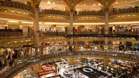 Paryż Francja, Kwiecień, - 3, 2019: Galeries Lafayette wnętrze Ludzie robi? zakupy przy domem towarowym zbiory