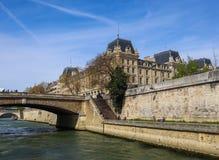 Paryż, Francja, Kwiecień/- 06 2019: Most przez wonton rzekę i pięknych historycznych budynki Paryż zdjęcia royalty free