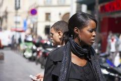 Paryż Francja, Kwiecień, - 12, 2011: Portret piękna Afrykańska dziewczyna na miasto ulicie obrazy royalty free