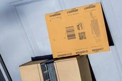 Paryż Francja, Luty, - 08, 2017: Amazonka Pierwszorzędny Drobnicowy pakunek wewnątrz stać na czele drzwi dom Amazonka, jest Amery Zdjęcie Stock