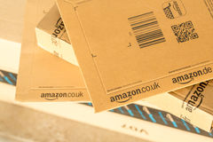 Paryż Francja, Luty, - 08, 2017: Amazonka Pierwszorzędny pakuneczek Pakuje zbliżenie Amazonka, jest Amerykańskim elektronicznego  Zdjęcia Stock