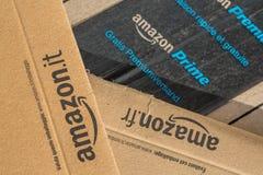 Paryż Francja, Luty, - 08, 2017: Amazonka Pierwszorzędny pakuneczek Pakuje zbliżenie Amazonka, jest Amerykańskim elektronicznego  Fotografia Stock