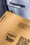 Paryż Francja, Luty, - 08, 2017: Dostawa amazonka Pierwszorzędny Drobnicowy pakunek wewnątrz stać na czele drzwi dom Amazonka, je Obrazy Stock
